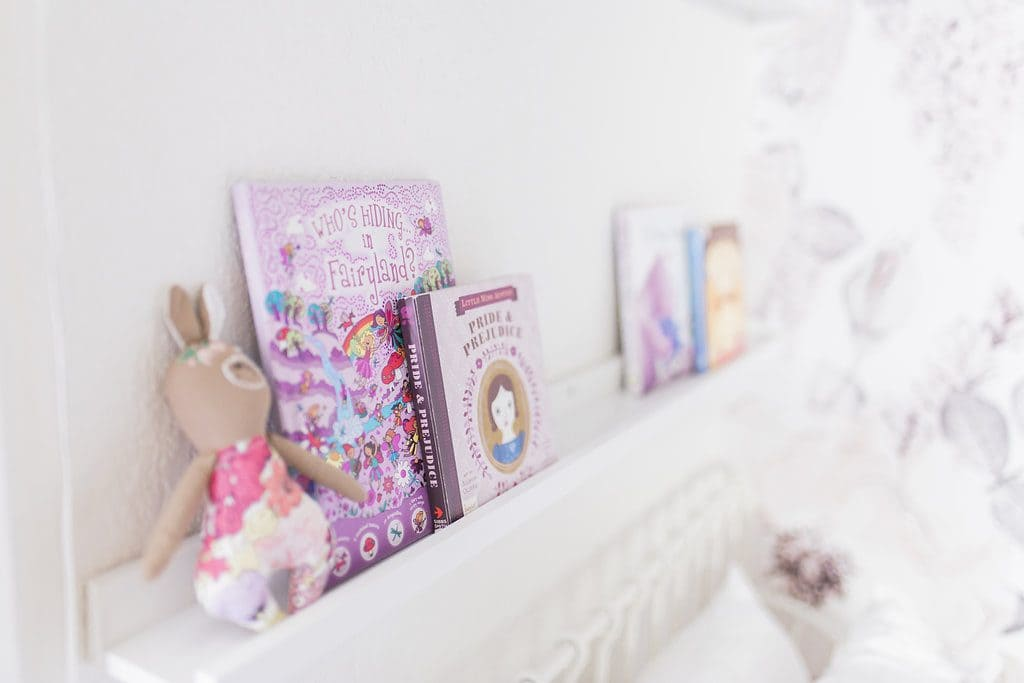 girls bedroom bookshelf